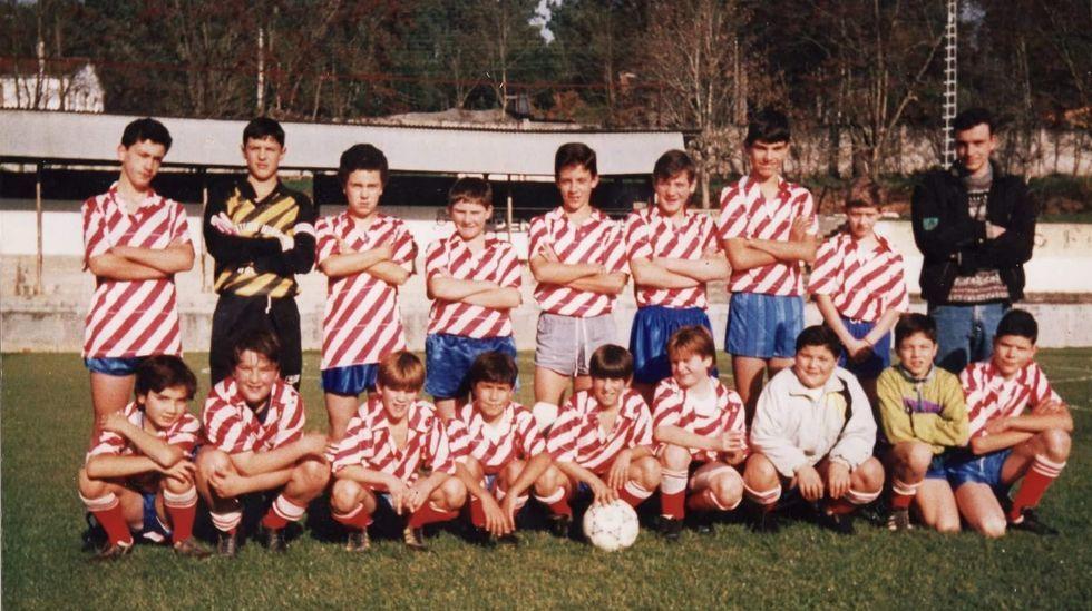 Roberto Fernández, en su etapa en las escuelas de Chantada, con José Castor Nóvoa, primero de pie por la derecha, como entrenador