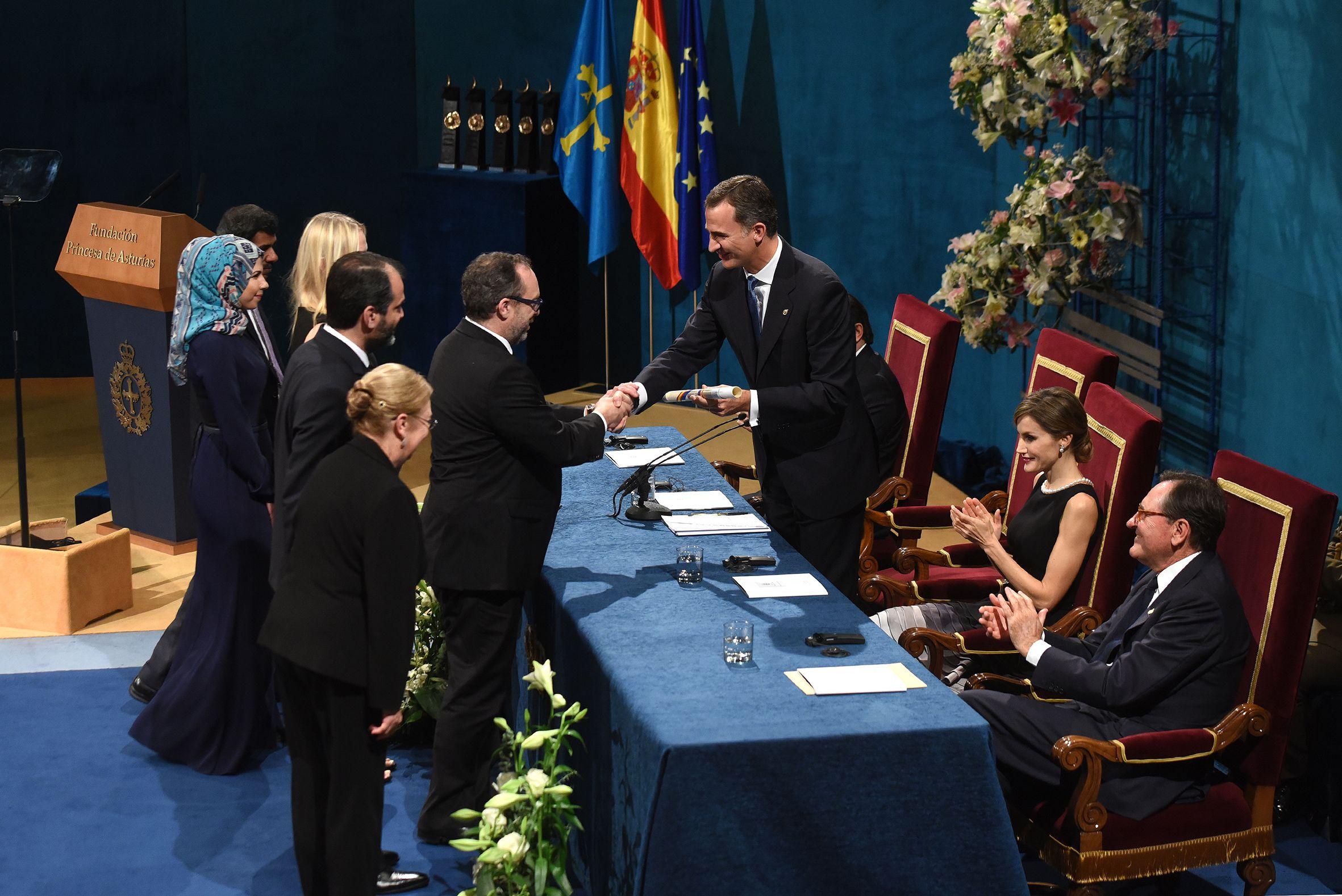 La reina Letizia saluda a Teresa Berganza, ante la mirada de Javier Fernández y Teresa Sanjurjo, durante la inauguración de los cursos musicales de la Fundación Princesa 2015.Un momento de la ceremonia de entrega de los Premios Princesa de Asturias 2015