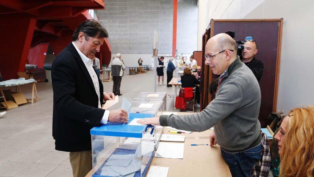 Javier Fernandez vota en la jornada del 26 de mayo
