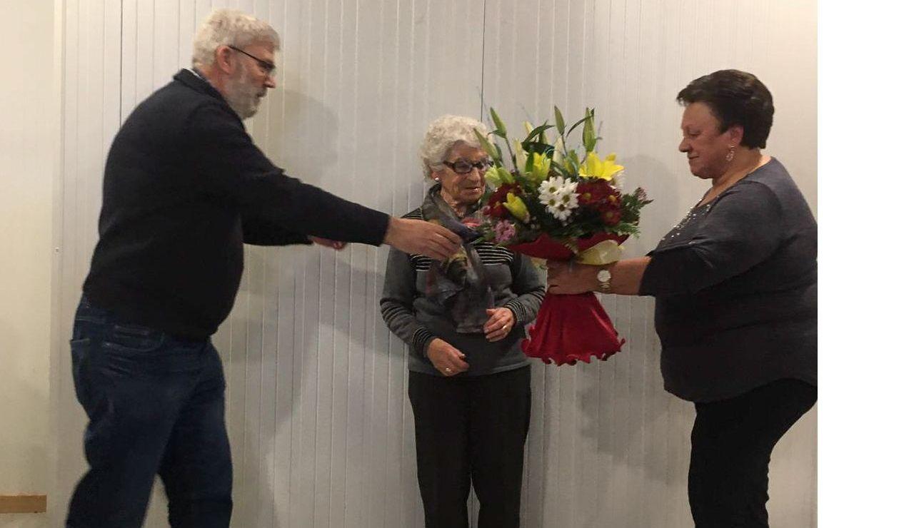 Brígida Vázquez, en el centro, recibió un ramo de flores