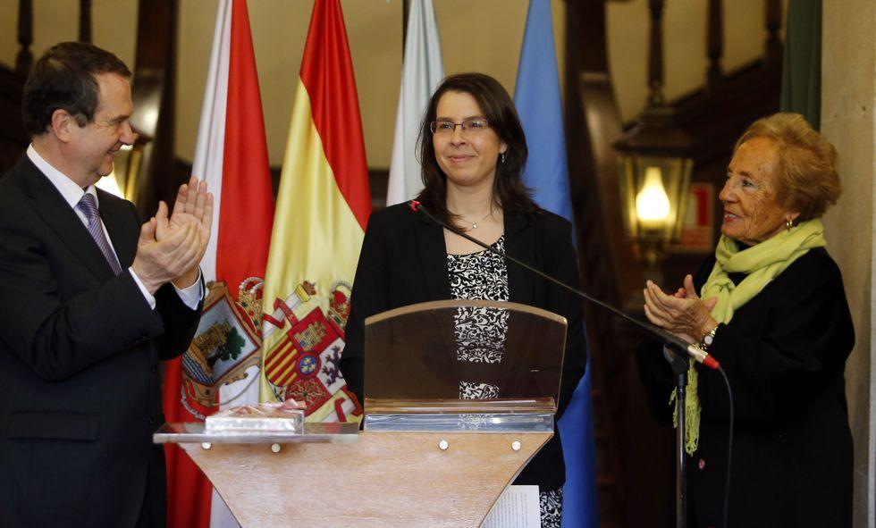 Vanessa Valdeiglesias, en el acto celebrado en el Pazo de Castrelos, entre el alcalde y Marita Vázquez.
