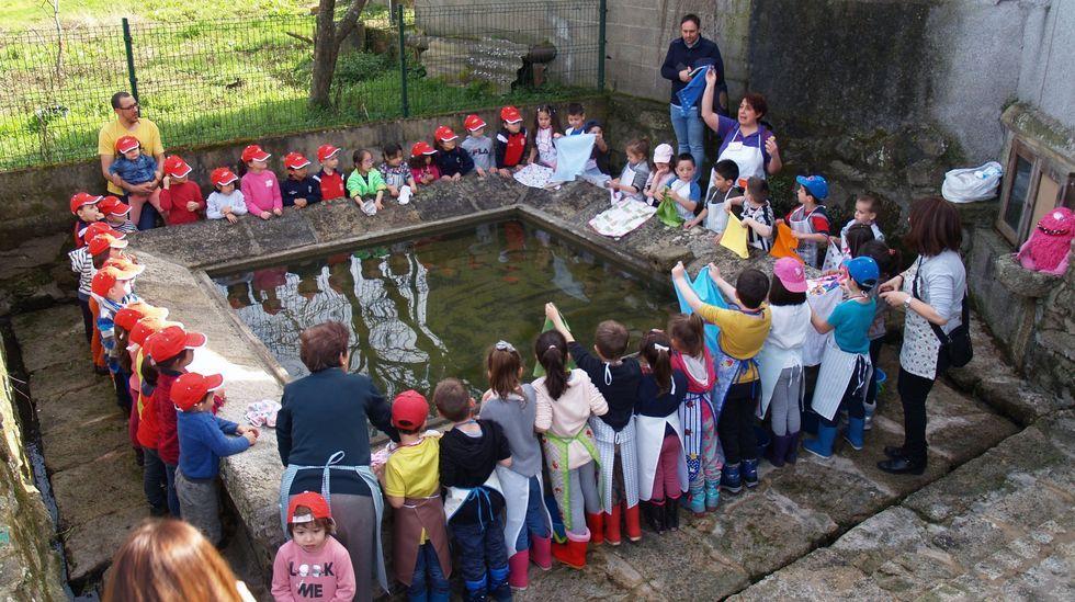 Brindis y premios en la comida navideña de Ribeira Sacra.Imagen de archivo de escolares del colegio de Sober en un actividad al aire libre
