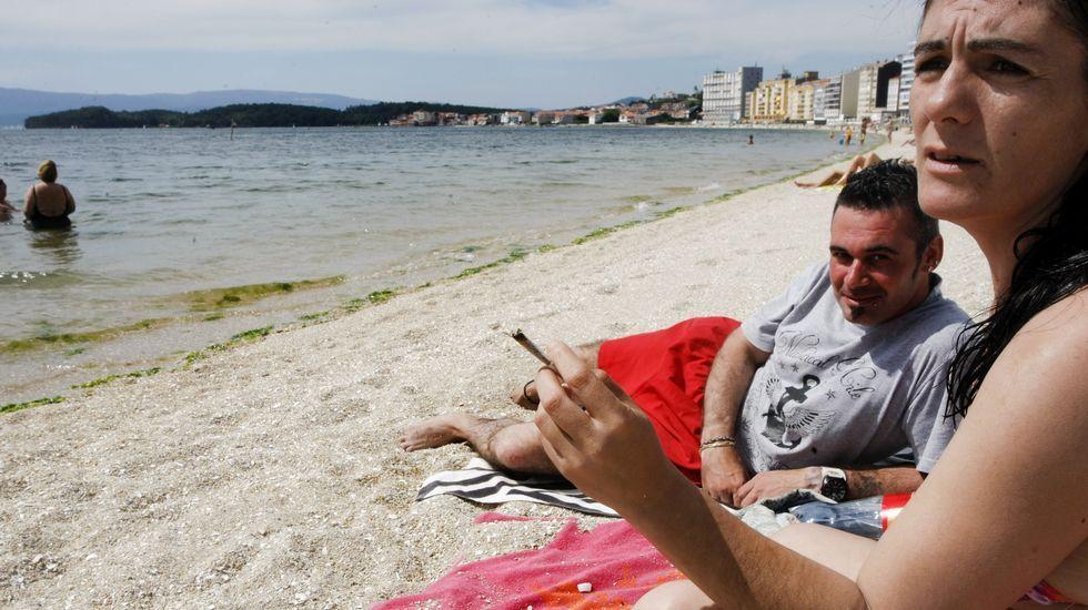 Fumadores en la playa de Compostela.Fumadores en la playa de Compostela