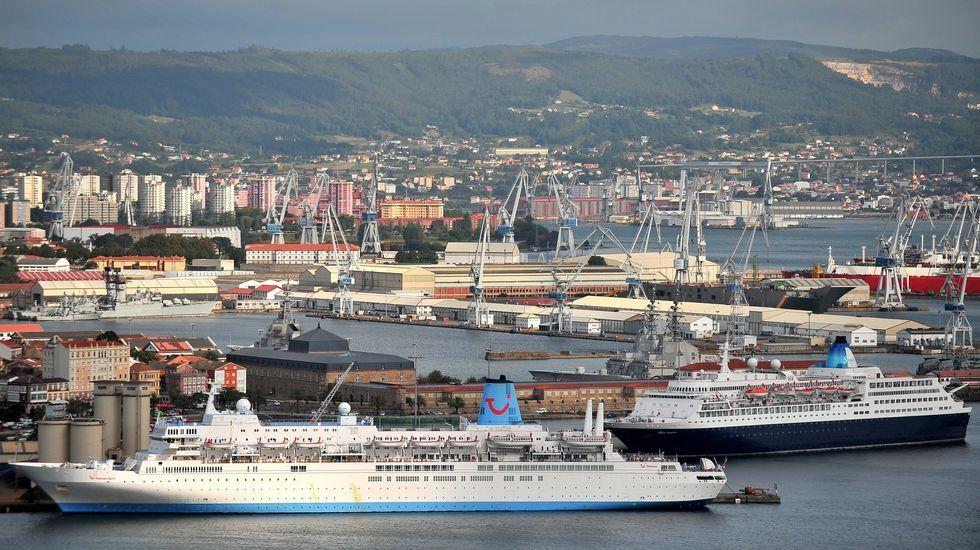 Dos cruceros amarrados en los muelles ferrolanos