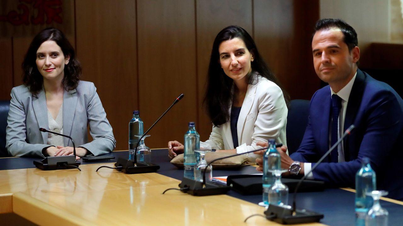 El PSOE sube en el CIS de julio hasta el 41,3 %.Ayuso (PP), Monasterio (Vox) y Aguado (Cs) durante una reunión