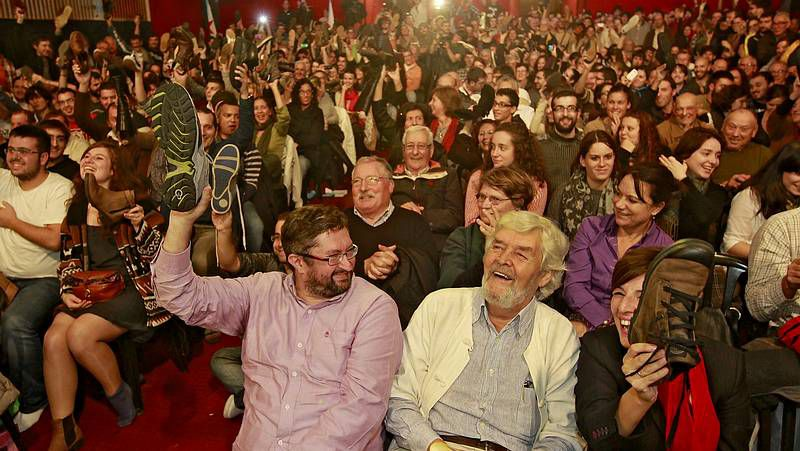 Momento de una votación en la asamblea de Anova, con Beiras sentado en primer término.