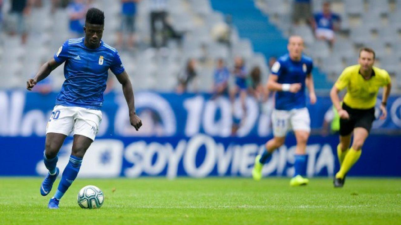 Obeng controla un balón durante un encuentro con el Real Oviedo