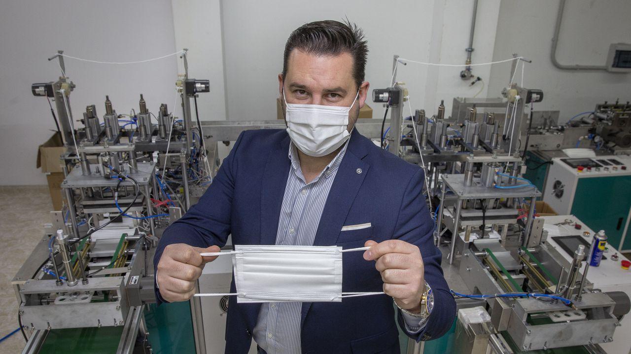 Javier Castro abrió una fábrica de mascarillas en Toques, que compagina con la que ya tenía de colchones