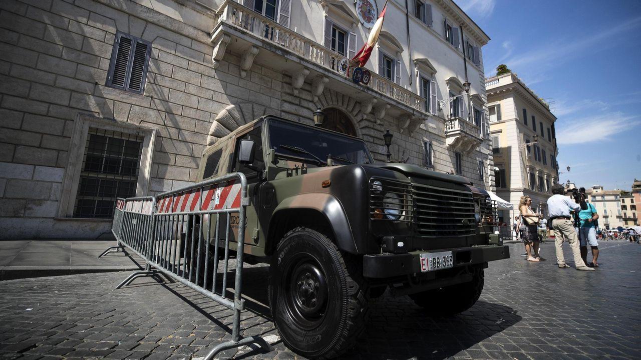 Vista de un vehículo militar en la puerta de la embajada española en la Santa Sede en Roma