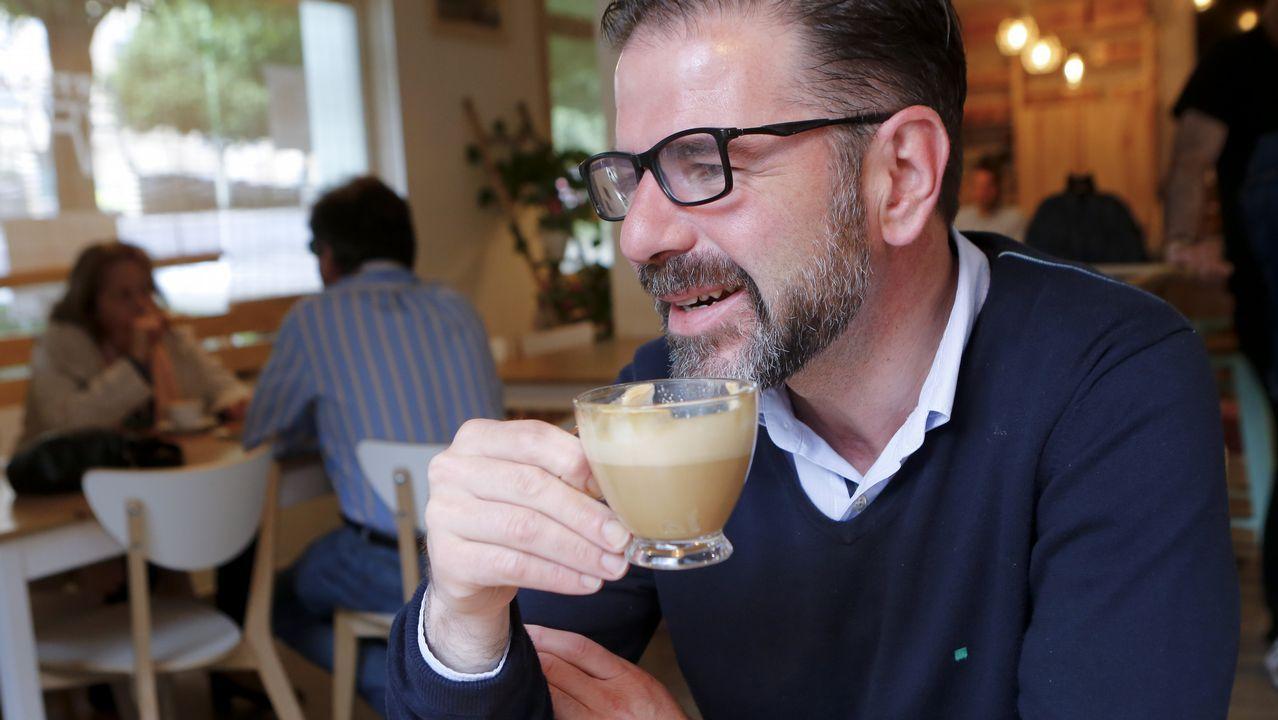 El candidato del PSOE de Ferrol, Ángel Mato, desyunando en la Artesa de Canido
