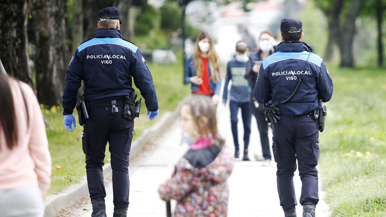 Niños y agentes de Policía en Vigo