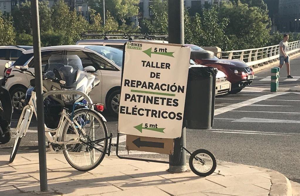 En las calles de Valencia ya se ven anuncios de talleres de reparación de patinetes eléctricos