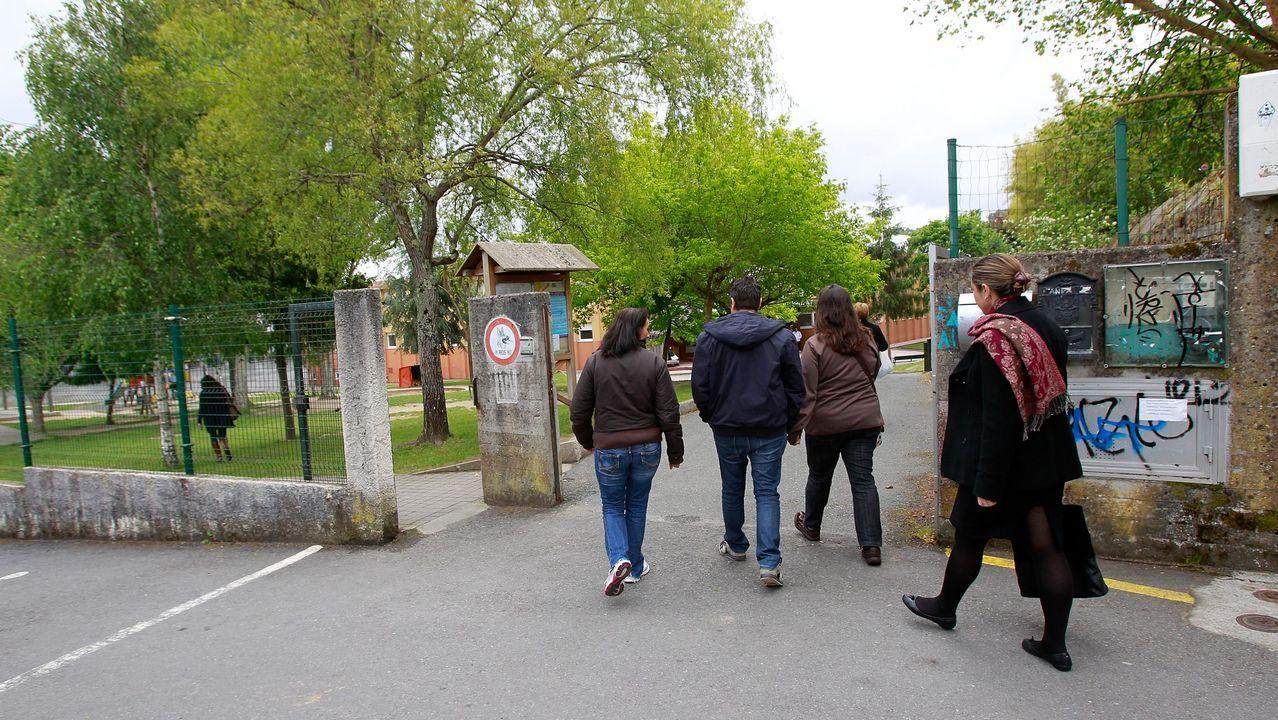 anpa.Uxía Blasi debe caminar 400 metros por una zona de monte y casi sin iluminación para coger el transporte escolar