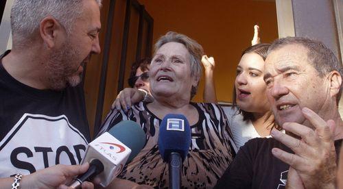 Mari Carmen, la viuda de un minero que desde hace 50 años habita una vivienda del poblado de La Camocha, tras se ser paralizado su desahucio.