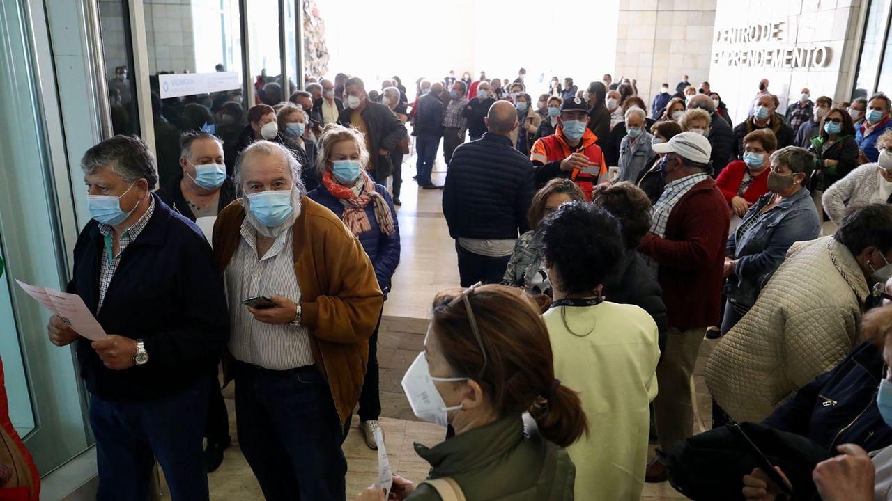Colas en la entrada del centro de vacunación en la Cidade da Cultura, en Santiago