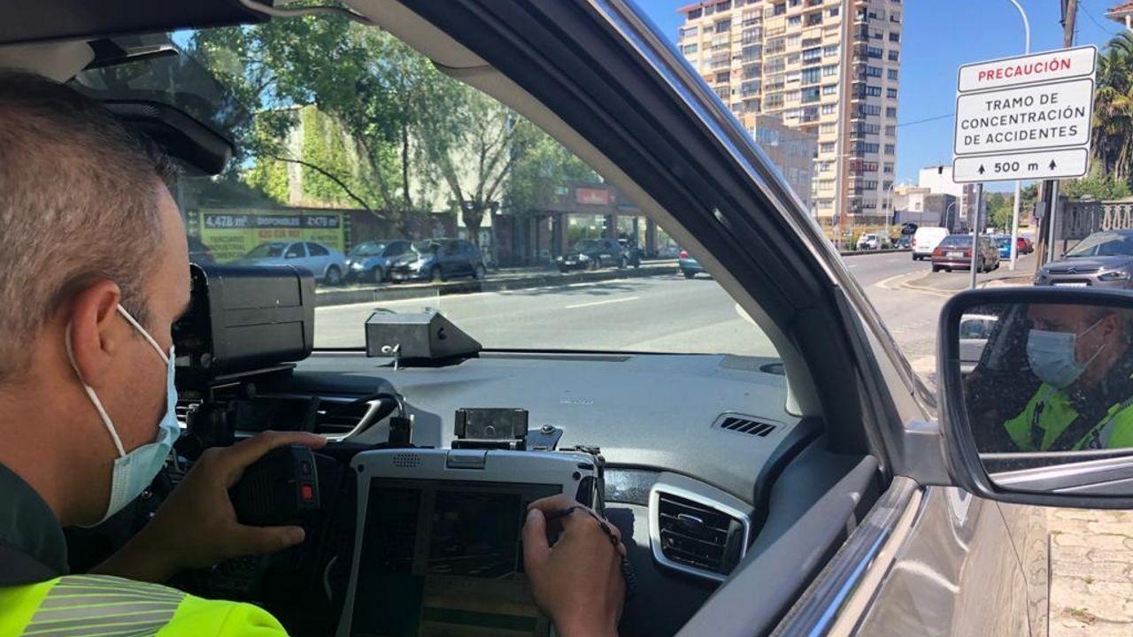 Una patrulla de la Guardia Civil de Tráfico vigila un tramo de concentración de accidentes