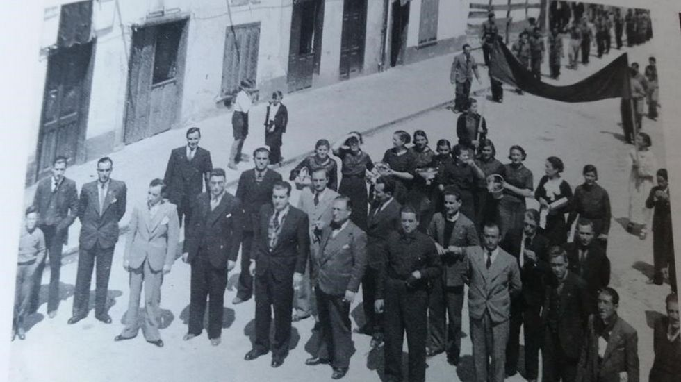 Fruta.Manifestación el primero de mayo de 1936, en primera fila, en el centro y con corbata, Juan Tizón, último alcalde republicano de Monforte