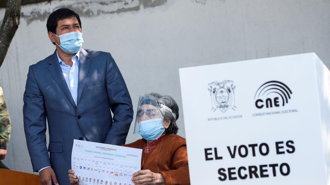 El candidato Andrés Arauz, junto a su abuela, en Quito