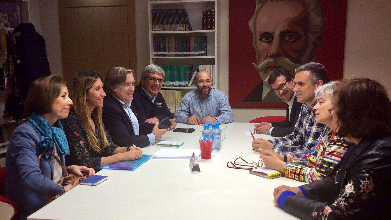 Un momento del encuentro entre los representantes del PP y los del PSOE en la Casa del Pueblo