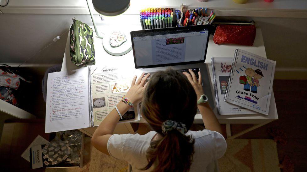 Una alumna trabajando en su casa durante el confinamiento