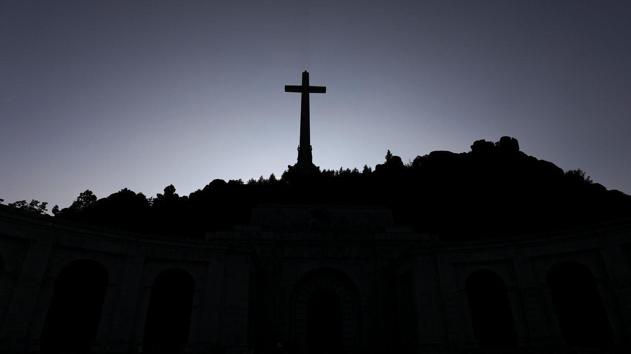 El prior deniega el acceso para exhumar a Franco.Cruz del Valle de los Caidos, bajo la que está enterrado Franco