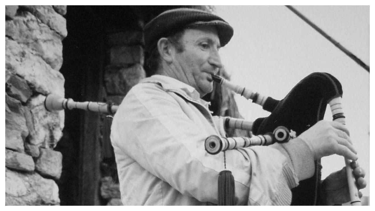 Celso Otero -retratado en 1989 tocando a gaita- faleceu aos 88 anos na súa palloza de Valdeferreiros