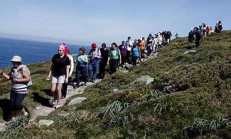 Los senderistas recorrieron caminos de percebeiros en su ruta por Touriñán.