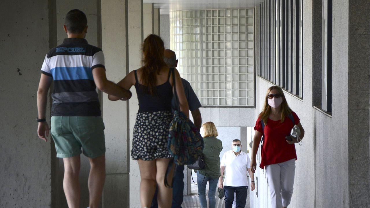 Usuarios, con mascarilla, en las inmediaciones del Hospital Montecelo, en Pontevedra, donde hay dos pacientes de coronavirus ingresados en planta