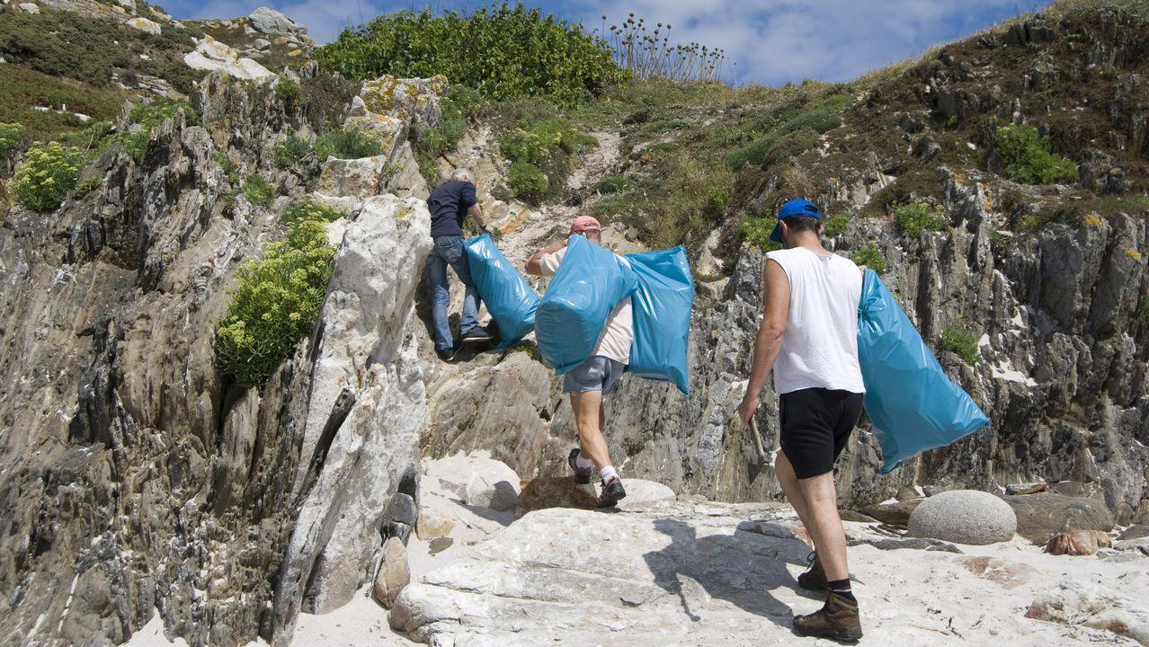 Los voluntarios de Mar de Fábula recogen quince sacos de residuos de las Sisargas