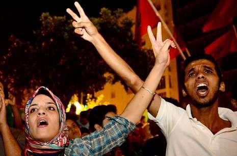 El pederasta Daniel Galván, ante el juez de la Audiencia Nacional.Manifestantes marroquíes protestan por el indulto a Galván, el domingo en Kenitra.
