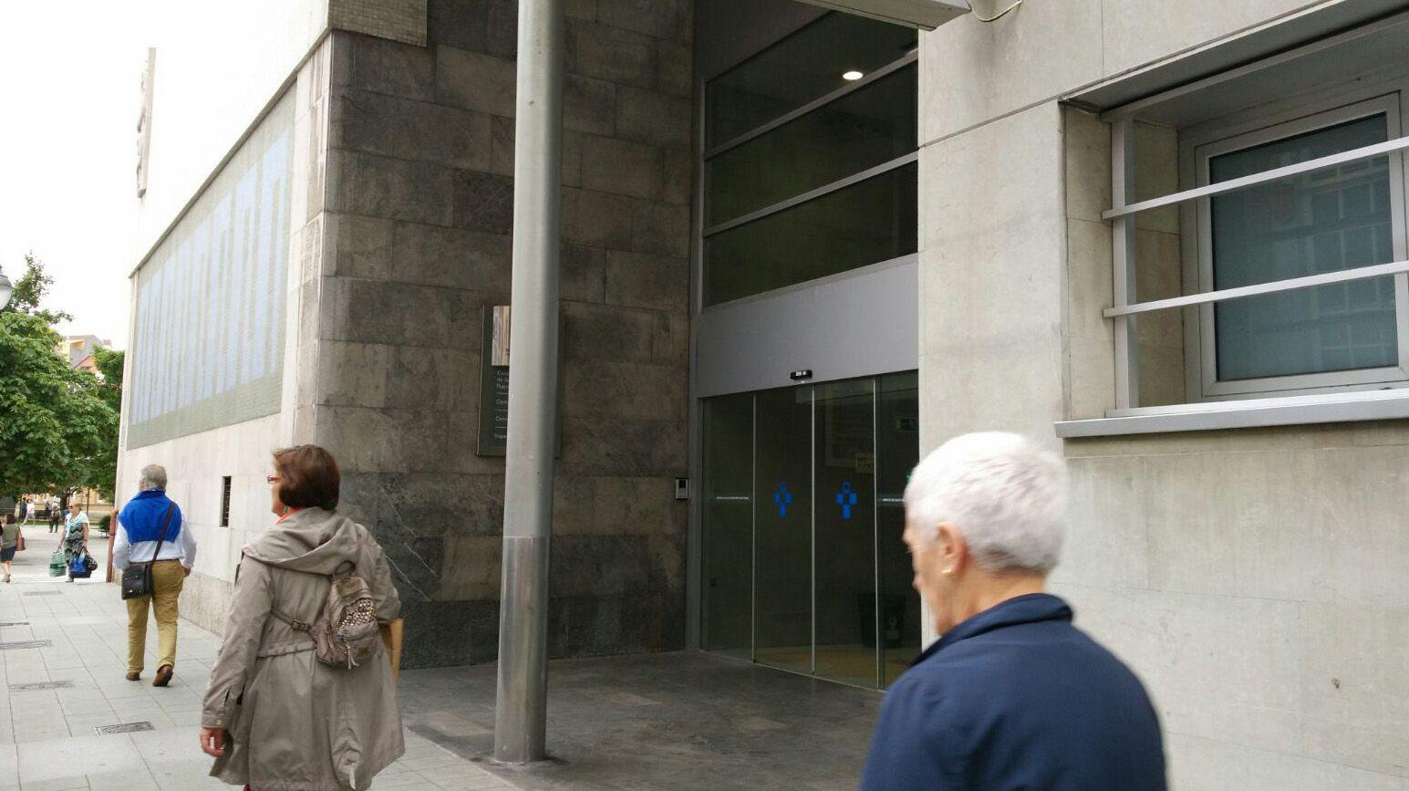 El rector repasa la actualidad de la Universidad de Oviedo.El neurólogo asturiano afincado en Estados Unidos, Juan Fueyo, ha pronunciado una conferencia en Oviedo sobre las terapias genéticas para combatir el cáncer, como el tratamiento con células T que ya se usa en pacientes