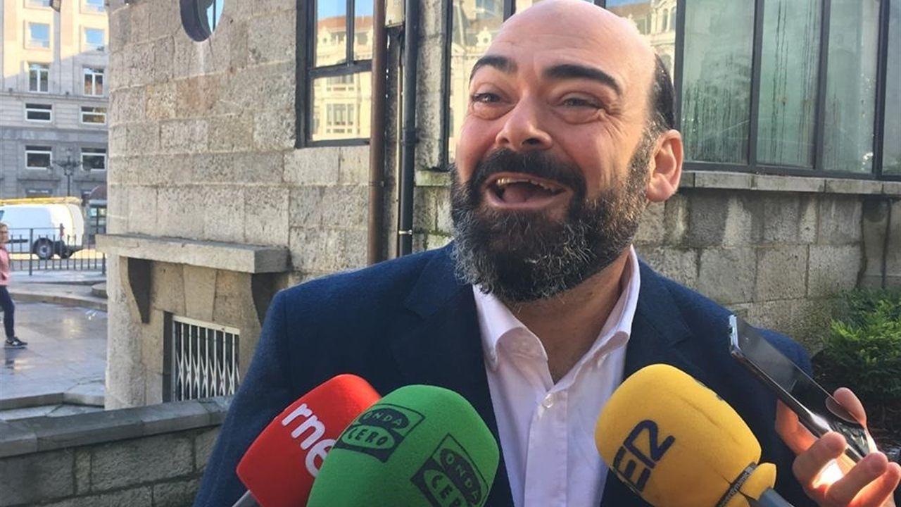 Rubén Rosón se dirige a Agustín Iglesias Caunedo, al término de un pleno de Oviedo.Agustín Iglesias Caunedo