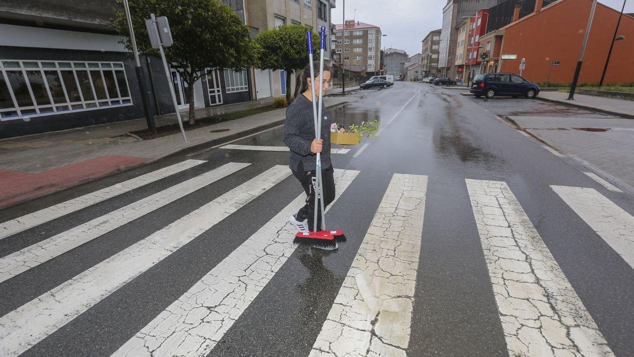Una joven cruza un paso de cebra de la localidad coruñesa de Cerceda