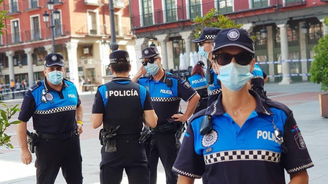 Imagen de agentes de la Policía municipal en la plaza mayor de Valladolid
