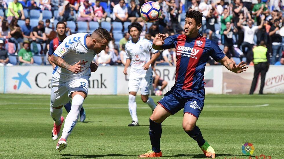 Borja Domínguez lucha por un balón en el Lugo-Oviedo
