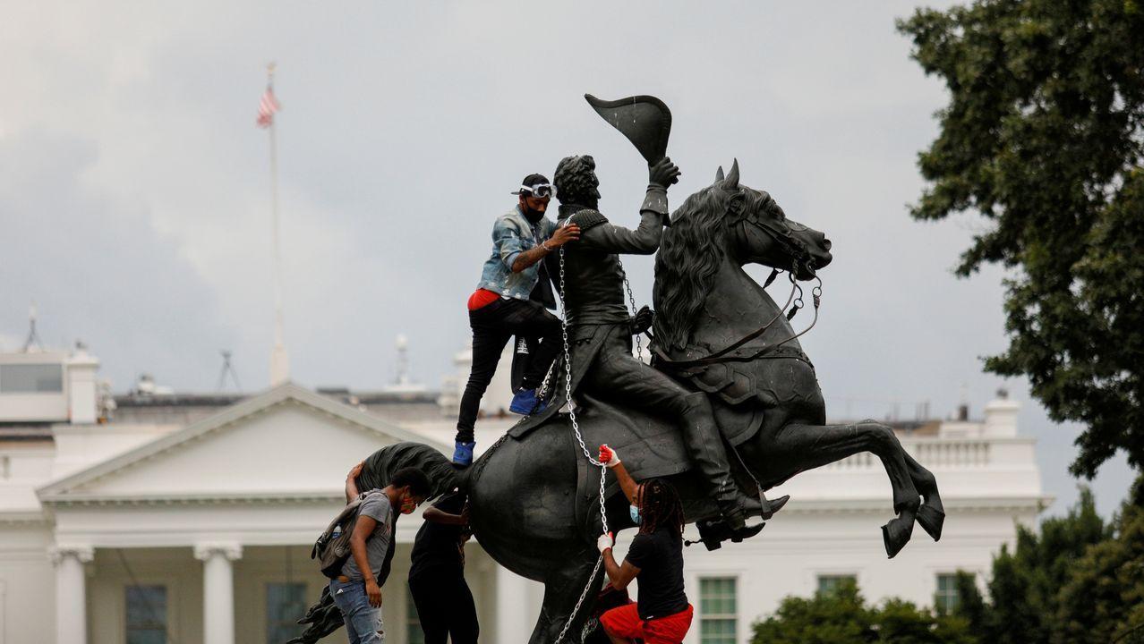 Los manifestantes colocaron cadenas para intentar derribar la estatua de Andrew Jackson frente a la Casa Blanca
