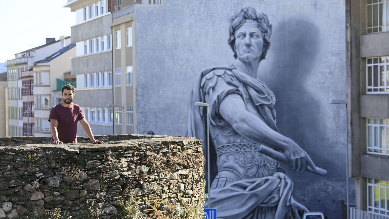 Los 10 murales de Lugo que expone Street Art Cities.El argentino Pablo García, con la bicicleta con la que está dando la vuelta al mundo