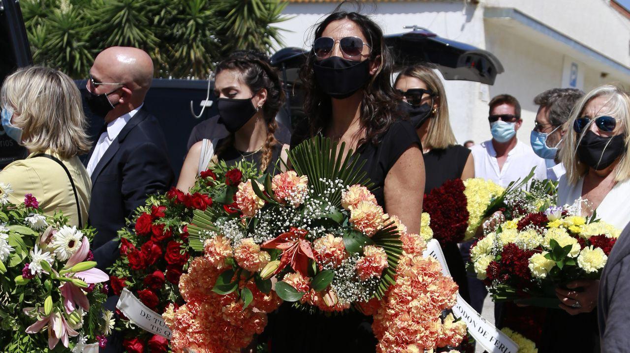 Paz Padilla sujeta una corona de flores con el siguiente texto: «¿Te quieres casar conmigo? Te quiero my love», dedicada a su marido
