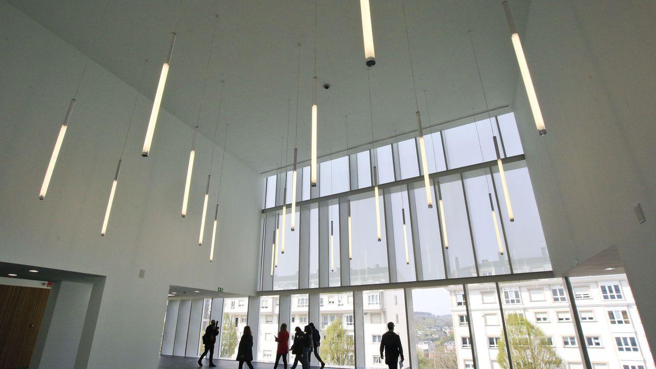 Así es el nuevo centro social de A Piringalla.Uno de los grandes recibidores del nuevo auditorio