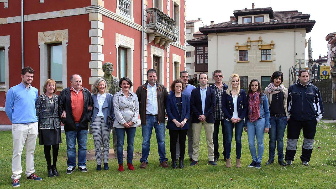 Un ejemplar de lobo.Miembros de Foro Asturias en Cangas de Onís. Celia García es la tercera por la derecha