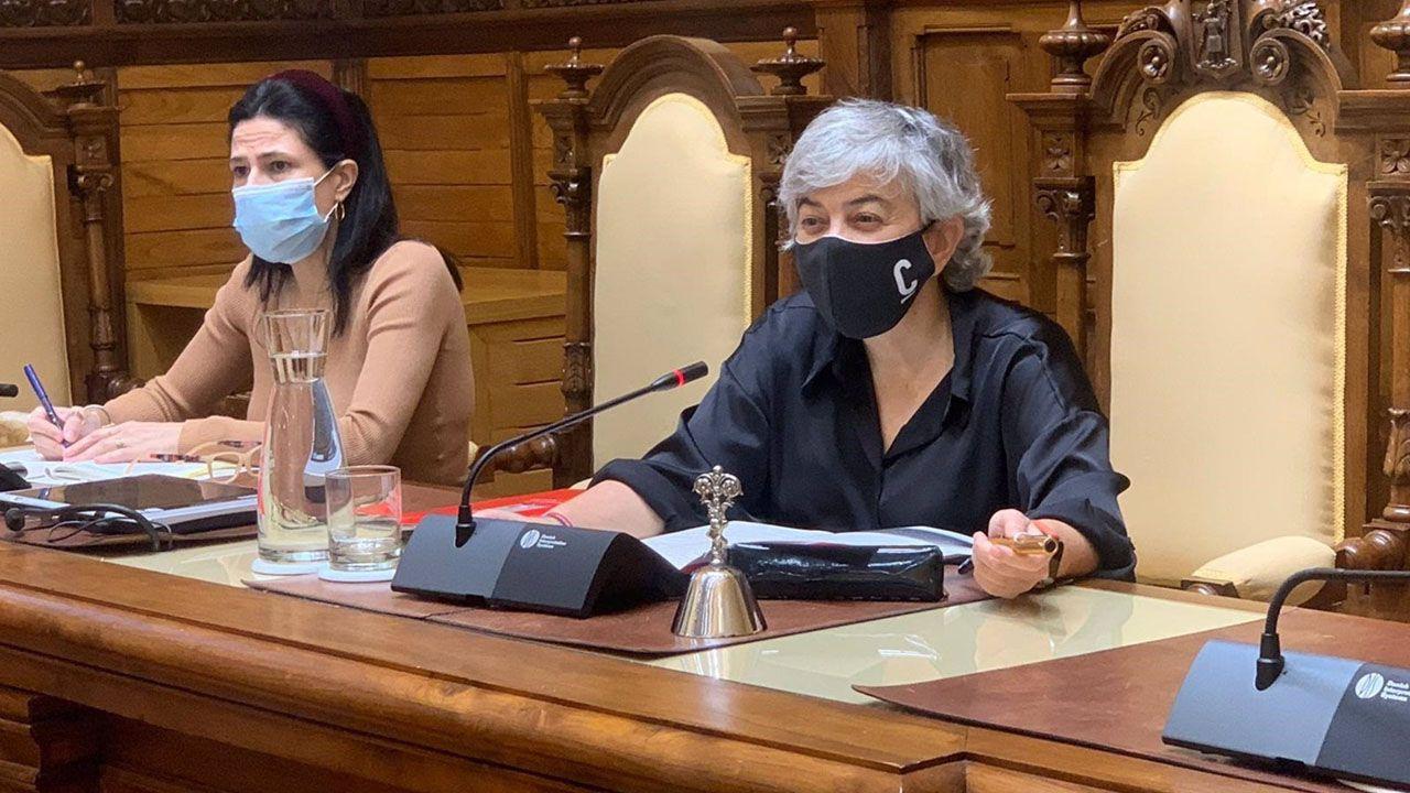 La alcaldesa de Gijón, Ana González (derecha), durante el Pleno del Debate del Municipio