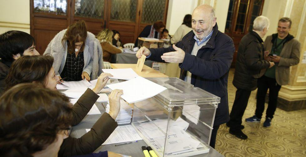 El exalcalde Javier Losada votando en la mesa electoral instalada en el palacio de María  Pita durante las pasadas elecciones generales de diciembre, en las que concurrió por última vez como número 3 de la candidatura del PSOE al Senado. Losada, según fuentes del partido, ha renunciado a repetir en la candidatura.