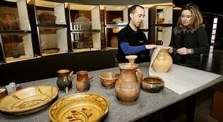 La familia García Alén y los operarios de una empresa de mudanzas recogieron ayer toda la colección de cerámica.