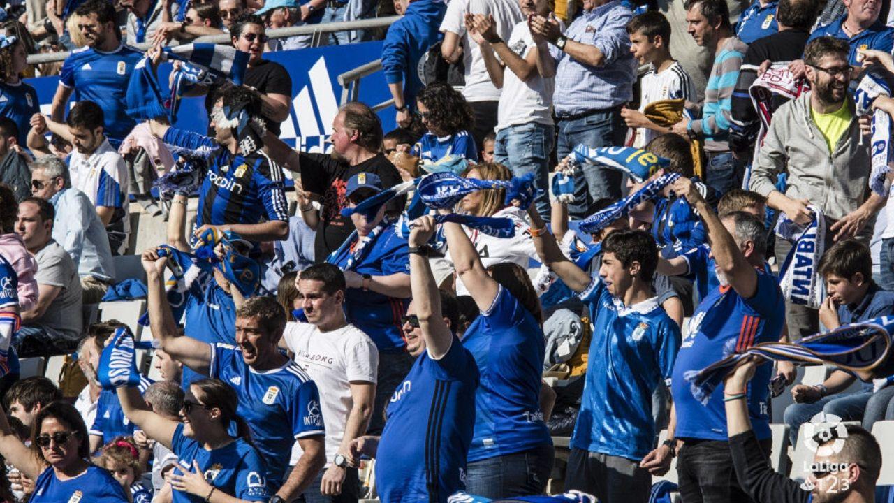 Afición del Real Oviedo en el partido ante el Córdoba