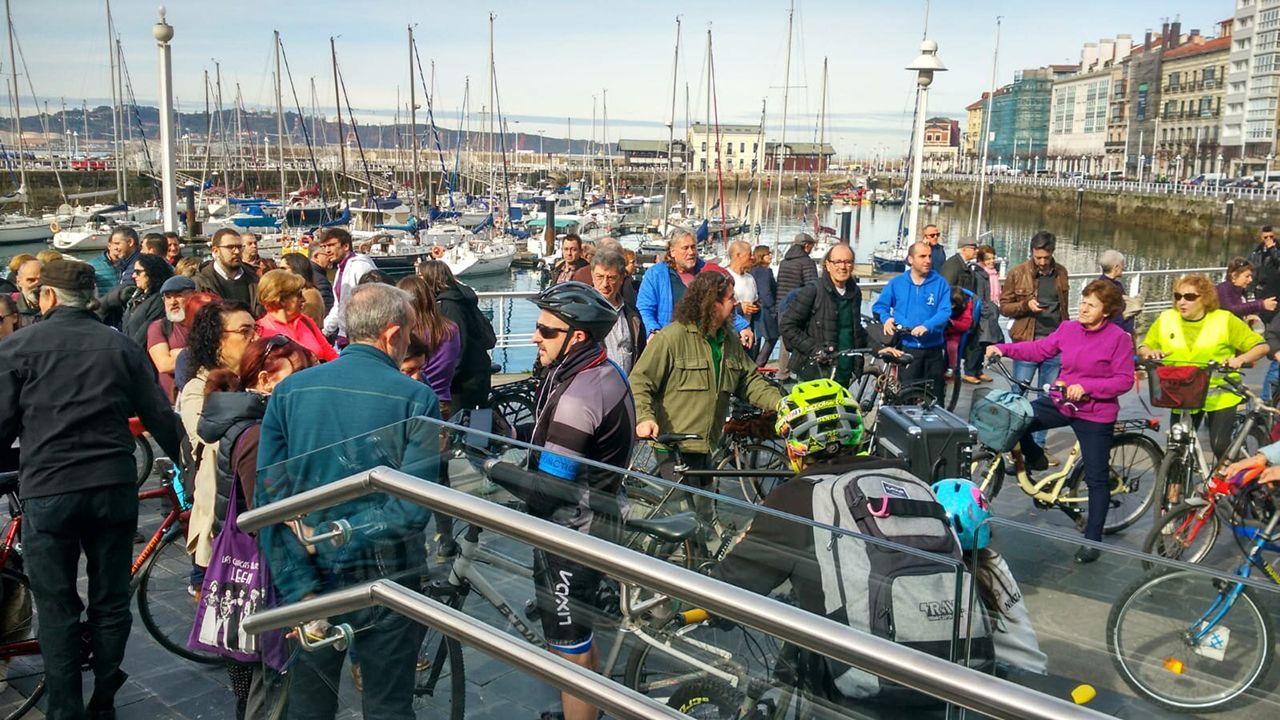 Peatones y ciclistas protestan contra la terraza de los jardines de la Reina en Gijón