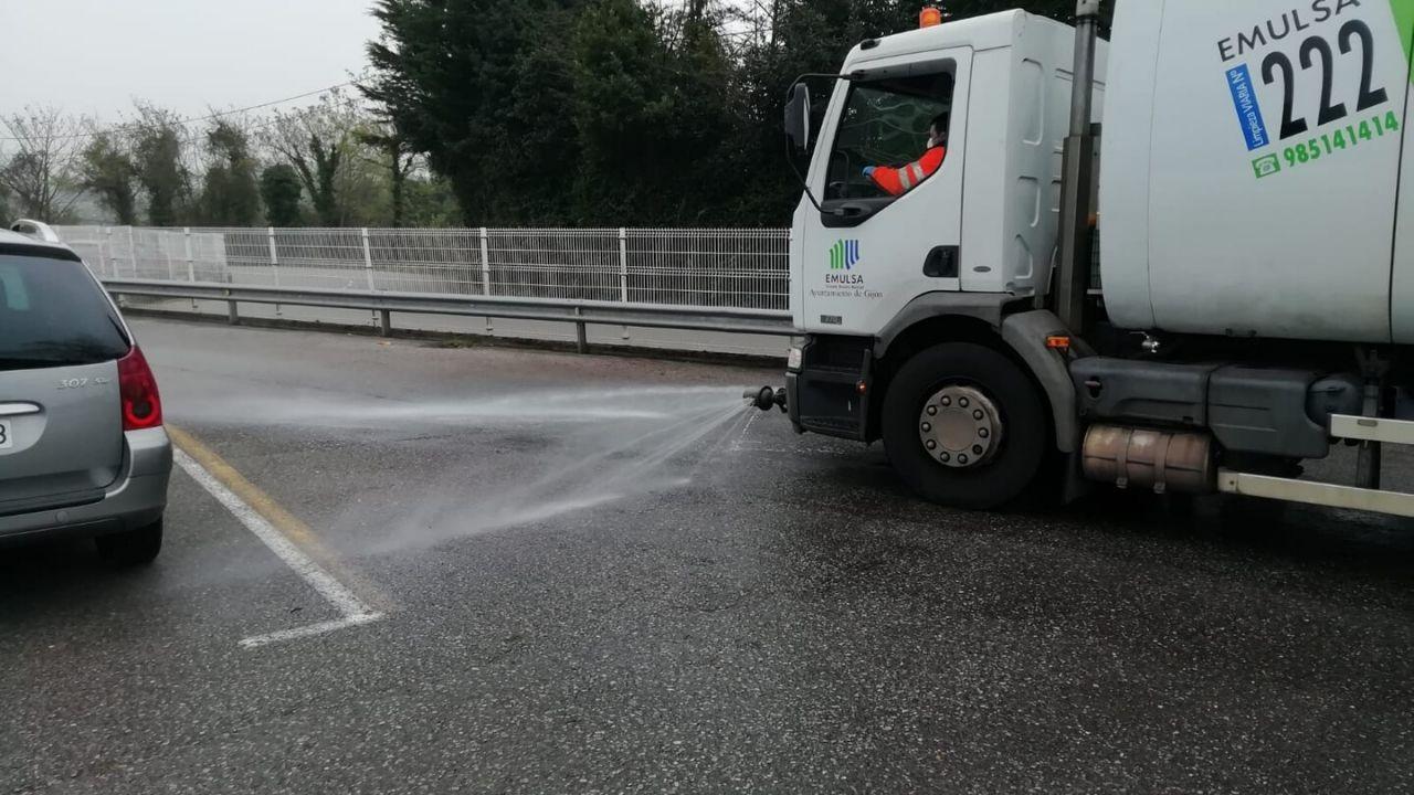 Un camión de Emulsa higieniza una calle de Gijón