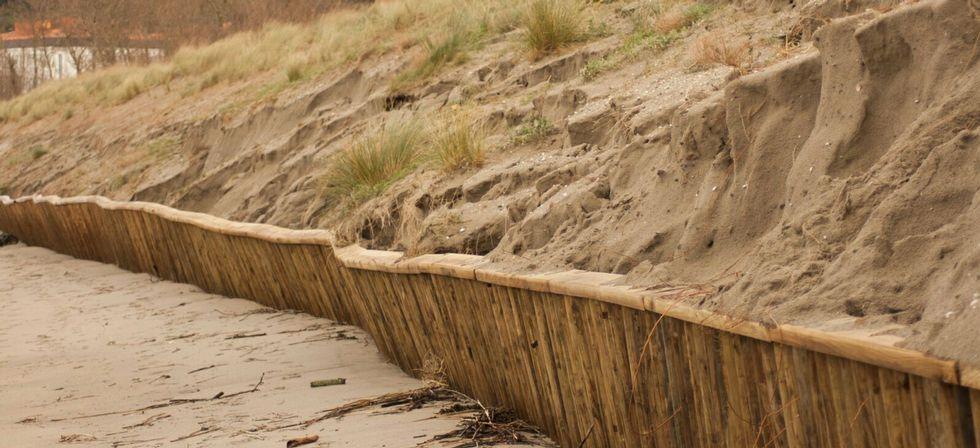 La empalizada de la playa de A Magdalena quedó a la vista.