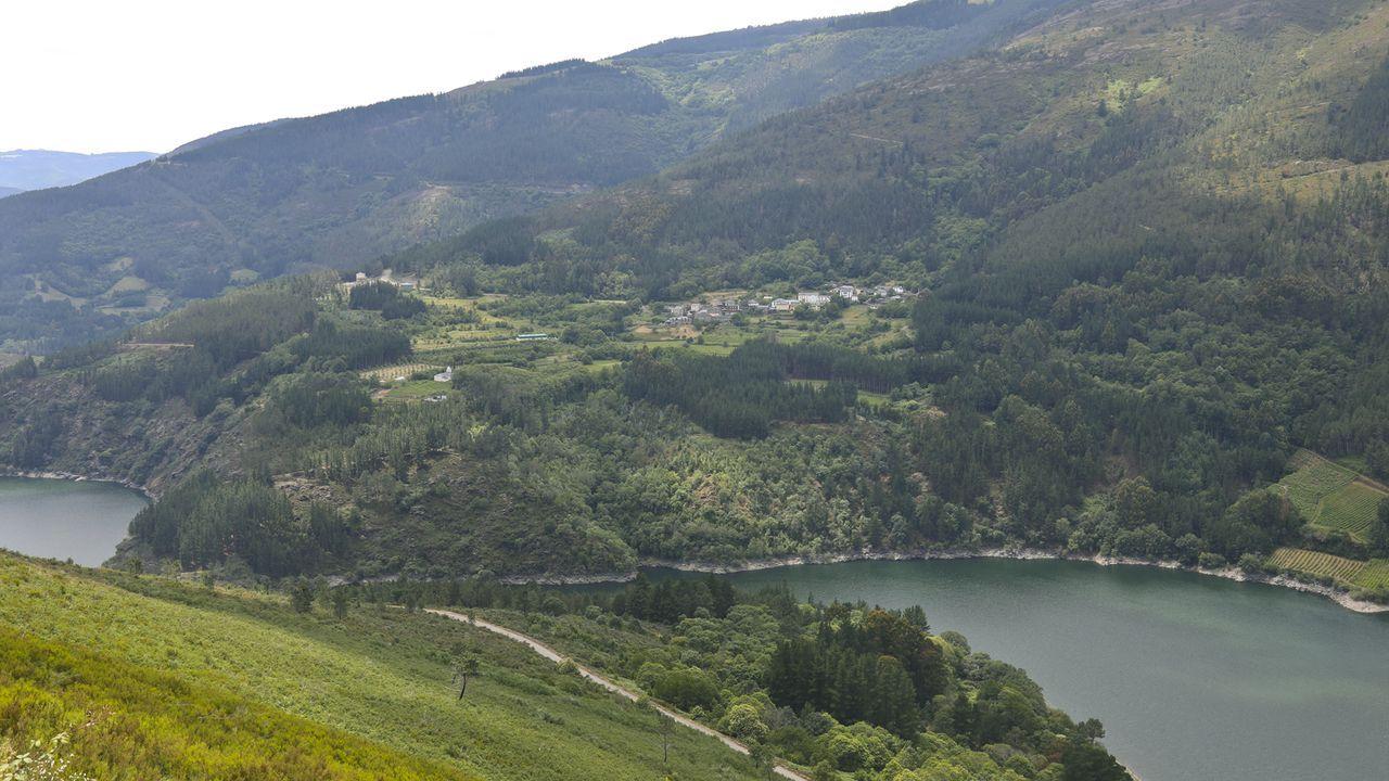 Trabajos del grupo Elsamex en las vías de la comarca de A Fonsagrada.Vista de Negueira de Muñiz desde Vilar, al otro lado del embalse de Salime