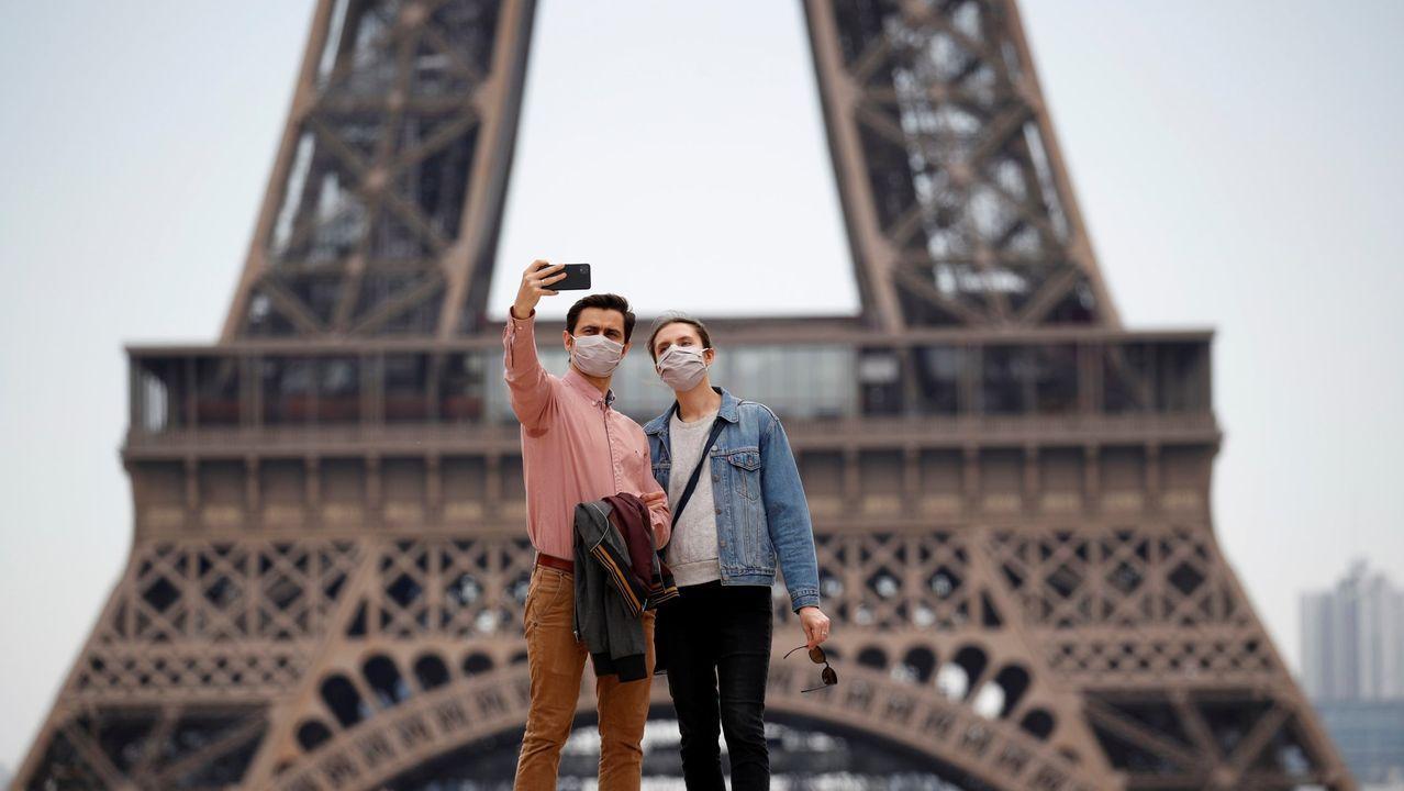 Los 'selfies' están regresando a los pies de la Torre Eiffel, si bien por ahora continúa cerrada