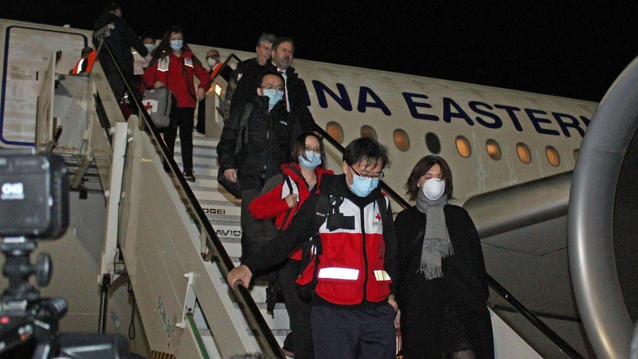 Personal médico chino desembarcando en el aeropuerto de Fiumicino